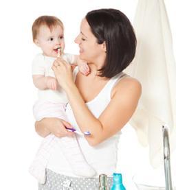 2012090415052555_moeder-poetst-tanden-baby