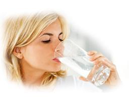 20121203141224761_vrouw-drinkt-water-uit-glas